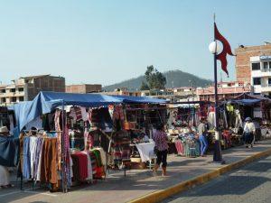 Winkelen op toeristen markt in Otavalo Ecuador